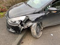 In einer Kurve verlor der Fahrer die Kontrolle und prallte gegen einen Laternenmast Bild: Polizei