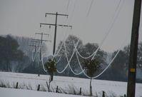 Blitzeis kann das Hochspannungnetz enorm belasten. Die Leitungen hängen fast bis zum Boden durch. Quelle: © Fraunhofer FIT (idw)