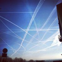 Ein mit Chemikalien vollgesprühter Himmel über Wicker (Flörsheim am Main) im Februar 2015