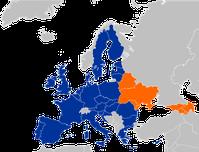 """Euronest: Die Östliche Partnerschaft (anfangs in den Medien auch Ost-Partnerschaft genannt) ist ein Teilprojekt der Europäischen Nachbarschaftspolitik (ENP). """"Das Hauptziel der Östlichen Partnerschaft besteht darin, die notwendigen Voraussetzungen für die Beschleunigung der politischen Assoziierung und der weiteren wirtschaftlichen Integration zwischen der Europäischen Union und interessierten Partnerländern zu schaffen."""