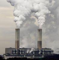 Schornsteine eines großen australischen Kohlekraftwerks