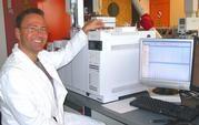 Dr. Ralf Wöstmann untersucht mit dem neuen Massenspektrometer, was unsere Vorfahren auf dem Teller hatten. Foto: Dr. Sibet Riexinger, Terramare