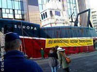 Greenpeace-Aktivisten wracken in Brüssel eine Schiffsattrappe ab. Sie fordern die Reduzierung der Fischereiflotte. / Bild: greenpeace.de