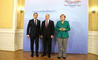 Emmanuel Macron, Vladimir Putin und Angela Merkel (2017)