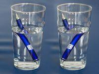 Bisher nur als Fotomontage möglich: Ungefähr so würde eine Flüssigkeit mit negativem Brechungsindex (rechts) im Vergleich zu normalem Wasser (links) aussehen. Bild: TU Wien
