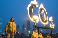 Greenpeace Aktivisten protestierten, am 11.12.2008, mit einem brennenden CO2 Zeichen vor der Baustelle des Kohlekraftwerks Moorburg (Vattenfall). Bild: Bente Stachowske / Greenpeace
