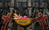 Der Hängematten-Bischof vor dem Kölner Dom (Kirche) Bild: Giordano Bruno Stiftung Fotograf: Foto: Maximilian Steinhaus (gbs)