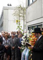 Gedenken und Kranzniederlegung vor dem Gebäude Connollystr. 31 im Olympischen Dorf am 40. Jahrestag, 5. September 2012.