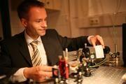 Professor Dr. Karsten Buse im Laserlabor. (c) Frank Homann / Universität Bonn
