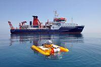Ein bewährtes Team für die Meeresforschung: das Forschungsschiff MARIA S. MERIAN und Deutschlands einziges Forschungstauchboot JAGO. In den kommenden Wochen untersuchen Wissenschaftler aus Kiel mit ihnen Gasaustrittstellen vor der Westküste Spitzbergens. Quelle: Foto: JAGO-Team, GEOMAR (idw)