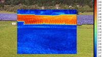 Im Sommer kann man mit Hilfe einer Wärmebildkamera erkennen, dass die PV-Module wesentlich wärmer sind, als die benachbarten Grasflächen / Bild: energiedetektiv.com