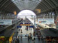 Frankfurter Bahnhof: Blick in eine der drei mittleren, größeren Bahnsteighallen aus der DB Lounge