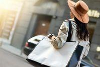 Das Tragen einer Tasche auf einer Seite kann auf Dauer die Rückengesundheit beeinträchtigen.  Bild: stock.adobe.com Fotograf: Aktion Gesunder Rücken e. V.