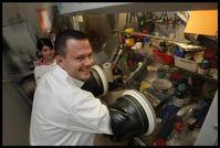 Batterieforscher bei der Arbeit: Stefan Koller vom Institut für Chemische Technologie von Materialien mit Diplomandin. Bild: TU Graz/Lunghammer