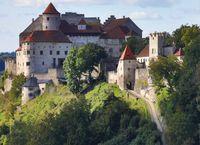 """Idyllischer Weg zur Burg Burghausen: Hier erleben Reisende Mittelalterflair und Naturgenuss.  Bild: """"obs/Museum für Franken/BTG_Gerhard Nixdorf"""""""