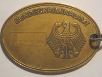 BKA-Dienstmarke (Dienstnummer unkenntlich gemacht)