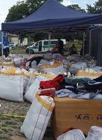 Säcke mit gefälschten Textilien nach dem Abladen Bild: Polizei