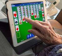 Ältere Person mit Tablet: Sorge über Betrug.