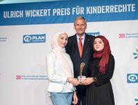 """Ulrich Wickert mit den zwei jungen Preisträgerinnen Batoul und Awaz von den """"Youth Advocates"""", die mit dem Sonderpreis ausgezeichnet wurden."""