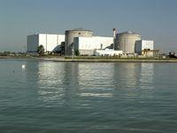 Kernkraftwerk Fessenheim mit den beiden Reaktorgebäuden (Aufnahme von Südosten, 2010), im Vordergrund der Rheinseitenkanal, dazwischen liegen die zwei Lager- und Abklingbecken für die Brennstäbe.