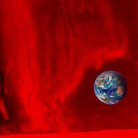 Protuberanz mit vertikalen Faser-Strukturen über dem Sonnenrand (unten) im Licht der roten Wasserstoff-Linie H-alpha; Aufnahme von Dr. Eberhard Wiehr (Universität Göttingen) mit dem Vakuumturmteleskop (VTT) auf Teneriffa. Quelle: Foto: Universität Göttingen (idw)