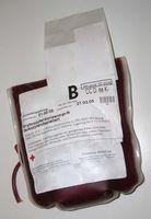Erythrozytenkonzentrat (zelluläre Blutbestandteile) in einer Bluttransfusion (Symbolbild)