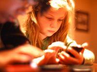 Mädchen mit Smartphone: Kinder oft in Kostenfalle. Bild: flickr.com/tinkerbrad