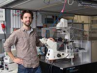 Florian Baumgart im Labor Quelle: TU Wien (idw)