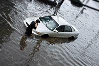 """Auto im Hochwasser / Bild: """"obs/Zentralverband Deutsches Kraftfahrzeuggewerbe/iStockphoto.com Bart Sadowski"""""""