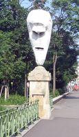"""Einer der vier """"Lemurenköpfe"""" (Aluminium und weiße Lackfarbe) auf der Stubenbrücke in Wien von Franz West"""