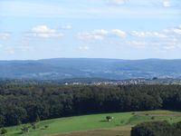 Blick vom Ludwigsturm (Hahnenkamm) südostwärts zum Geiersberg (586 m), höchster Berg im Spessart