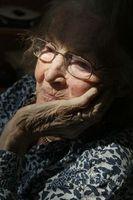 Alte Frau: Exposom-Konzept für Alzheimer.
