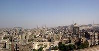 Kairo vom Minarett der Ibn-Tulun-Moschee aus gesehen. In der Bildmitte die Sultan-Hasan-Moschee und die Al-Rifa'i-Moschee, rechts auf dem Hügel der Zitadelle die Muhammad-Ali-Moschee.