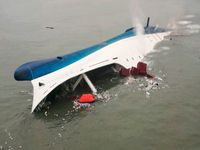 Sewol as it was capsizing; picture taken on 10:00 am, KST 16 April. Bild: Korean Coast Guard - wikipedia.org