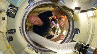 Alexander Gerst in der Luke zum russischen Forschungsmodul MRM-1 Quelle: (Quelle: NASA: 2Explore) (idw)