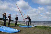 Verstehen, wie Sportverletzungen entstehen und verhindert werden können – Teilnehmer des Maritimen Symposiums im letzten Jahr beim Surftraining. Quelle: Foto: UMG/Janke (idw)
