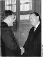 Hans Bentzien (links) verlieh am 22.Mai 1963 den Johannes-R.-Becher-Preis an den Lyriker und Erzähler Franz Fühmann