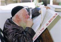 Rabbiner beim Talmudstudium