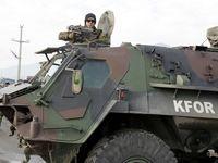 KFOR: Ein deutscher Transportpanzer sichert einen Kontrollpunkt. Bild: Bundeswehr - Steffen Maluche