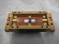 Der Quantenchip: In der Mitte ist der gewundene Mikrowellenresonator und der dunkle Diamant zu erkennen. Bild: F. Aigner / TU Wien