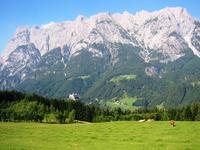 Die mächtige Westwand des Tennengebirges von der Anhöhe über Werfen aus gesehen. Von der Bildmitte unten links: Die Festung Hohenwerfen. Ganz links oben: Der Hochkogel, in dessen Innerem sich die berühmte Eisriesenwelt befindet