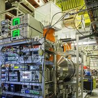 BASE-Experiment am Antiprotonen-Entschleuniger am CERN in Genf: Zu sehen ist die Kontrollperipherie, der supraleitende Magnet, in dem sich die Penningfalle befindet, und das Antiproton-Transfer-Strahlrohr.