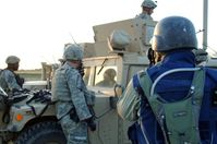 Ein dem US-Militär zugewiesener Journalist schießt Fotos von US-Soldaten in Panama