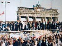 Menschenmengen auf der Berliner Mauer Ende 1989 nach dem historischen Mauerfall