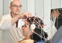 Eine Elektroenzephalografie (EEG) gehört zum diagnostischen Spektrum bei der Abklärung eines SchädelQuelle: Bildnachweis: Volker Daum/Bergmannsheil (idw)