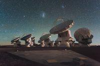 ALMA bei Nacht unter den Magellanschen Wolken