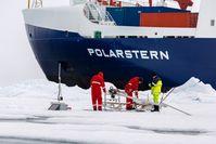 Installation von Untereissensoren waehrend einer Eisstation. Quelle: Foto: Alfred-Wegener-Institut / Stefan Hendricks (idw)