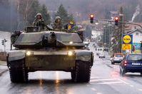 Ein US-amerikanischer Kampfpanzer vom Typ M-1A1 Abrams nördlich von Frankfurt am Main (2005)