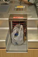 Plastiktüte: Maschine zum Eintüten in einem Kaufhaus