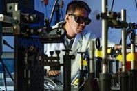 Aufwendige Tests im Labor für Nanophotonik.